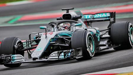 Lewis Hamilton menjajal W10 di sesi tes pramusim Barcelona Formula 1 2019 - INDOSPORT