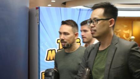 Damian Lizio dan agennya keluar dari kantor Persebaya Surabaya pada Rabu (20/2/19). - INDOSPORT