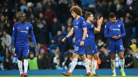 Para pemain Chelsea tertunduk sedih saat timnya mendapatkan kekalahan. - INDOSPORT