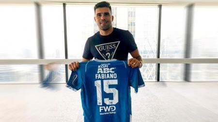 Fabiano Beltrame memegang jersey Persib Bandung. - INDOSPORT