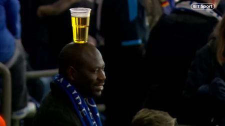 Aksi Fans Schakle saat menyaksikan timnya melawan Manchester City di babak 16 Besar Liga Champions Rabu (21/02/19) - INDOSPORT