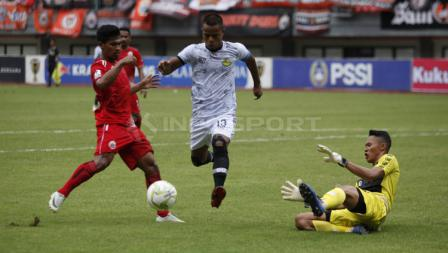 Manahati Lestusen berhasil melewati pemain Persija Jakarta