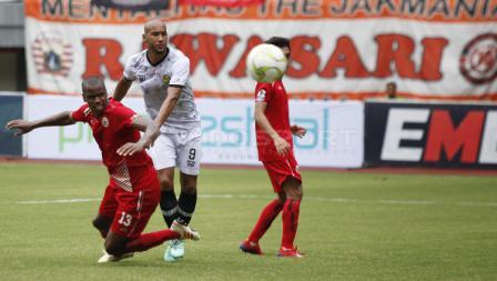 Neguete tengah berhasil mengeksekusi bola ke arah gawang PS TIRA Persikabo