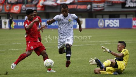 Manahati Lestusen (tengah) mencoba menghalau peluang pemain Persija di depan gawang PS Tira yang dikawal Syahrul Trisna (kanan).
