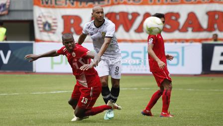 Pemain PS Tira, Loris Arnaud (tengah) saat menjatuhlan pergerakan bek Persija, Vinicius Lopes Laurindo.