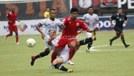 Pemain PS Tira harus bersusah payah menjegal pergerakan striker Persija, Heri Susanto (tengah).