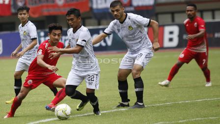 Fitra Ridwan mencoba melewati hadangan pemain PS Tira, Munadi.