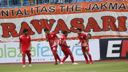 Selebrasi Fitra Ridwan (kanan) bersama para pemain Persija usai cetak gol pertama ke gawang PS Tira. - INDOSPORT