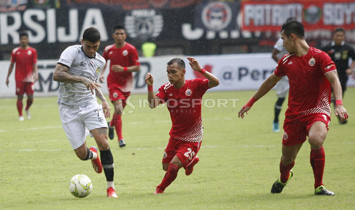 Aksi pemain PS Tira, Ciro Henrique Alves dibayangi oleh Riko Simanjuntak. Copyright: Herry Ibrahim/INDOSPORT