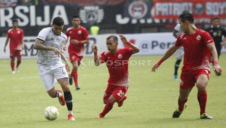 Aksi pemain PS Tira, Ciro Henrique Alves dibayangi oleh Riko Simanjuntak.