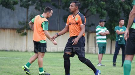 Bejo Sugiantoro dan Damian Lizio (kiri) saat sesi latihan. - INDOSPORT