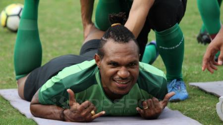 Nelson Alom Ketika latihan di Lapangan Polda Jatim, Kamis (21/02/19). - INDOSPORT
