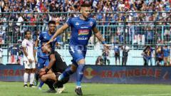 Indosport - Robert Lima Guimaraes dalam laga Arema FC.