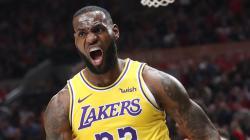 Megabintang Lakers, LeBron James yang membuat sejarah menjadi pemain pertama cetak triple-double ke semua tim NBA.