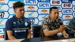 Indosport - Pelatih Persidago Romy Malamua dan Yuaib Rauf saat konfrensi pers, Jumat (22/02/19).