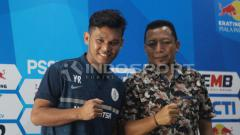 Indosport - Pelatih Persidago Romy Malamua dan Yuaib Rauf berfoto bersama usai konfrensi pers. Jumat (22/2/19).