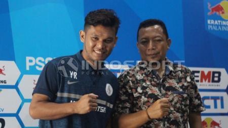 Pelatih Persidago Romy Malamua dan Yuaib Rauf berfoto bersama usai konfrensi pers. Jumat (22/2/19). - INDOSPORT
