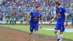 Indosport - Aksi selebrasi pemain Arema FC