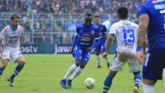 Indosport - Makan Konate tengah mengontrol bola