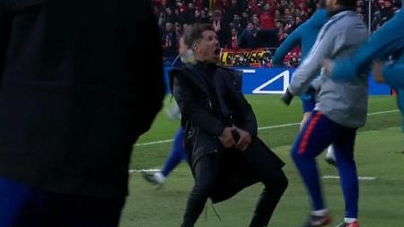 Selebrasi 'Buah Zakar' Diego Simeone yang sempat menggegerkan publik saat laga 16 besar Liga Champions beberapa waktu lalu. - INDOSPORT