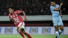 Indosport - Fadhil Sausu melakukan selebrasi usai cetak gol