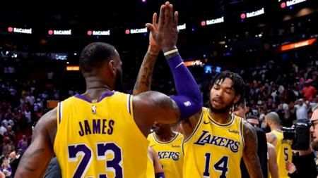 Pemain LA Lakers, LeBron James dan Brandon Ingram saat melawan Houston Rockets - INDOSPORT