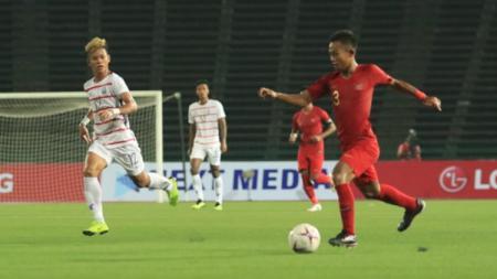 Sani Rizki Fauzi tengah membawa bola ke arah gawang Kamboja - INDOSPORT