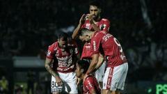 Indosport - Aksi selebrasi pemain Bali United melawan Persela