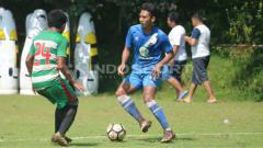 Indosport - Pemain Barito Putera, Nazar Nurzaidin saat berusaha melewati adangan pemain Asifa.
