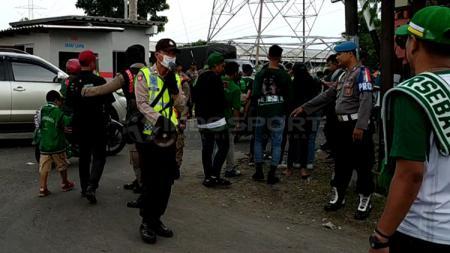 Petugas keamanan meminta Bonek menunjukkan tiket sebelum masuk Stadion GBT. Sabtu (23/2/19). - INDOSPORT