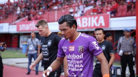 Kiper Bali United, Wawan Hendrawan, memberi dukungan kepada kiper Persib Bandung, Muhammad Natshir, yang mengalami patah tulang dalam laga Shopee Liga 1 2019. - INDOSPORT