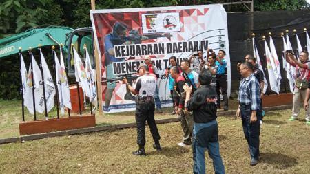 Ketua Perbakin Papua, Jhony Banua Rouw bersama Kapolda Papua, Irjen Pol Martuani Sormin saat membuka ajang Kejurda dengan melakukan demonstrasi menembak - INDOSPORT