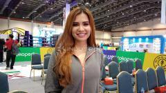 Indosport - Model dan presenter cantik, Maria Vania, masih memiliki perhatian dengan sepak bola, khususnya untuk Timnas U-22 yang akan berlaga di Olympic Stadium, Phnom Penh, Kamboja.