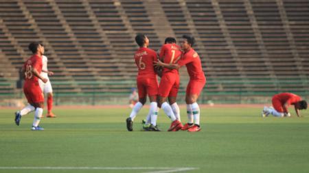 Para pemain Timnas Indonesia merayakan gol yang dicetak Luthfi Kamal ke gawang Vietnam. - INDOSPORT
