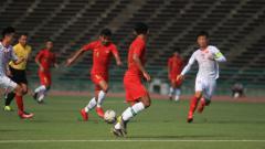Indosport - Asnawi Mangkualambahar menggiring bola.