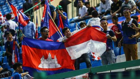 Suporter Kamboja dan Indonesia. - INDOSPORT