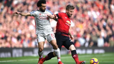 Mohamed Salah berusaha merebut bola dari Luke Shaw. - INDOSPORT