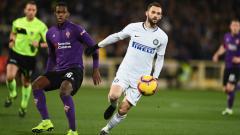 Indosport - Marcelo Brozovic coba keluar dari pengawalan pemain lawan saat pertandingan Fiorentina vs Inter Milan, Senin (25/02/19).