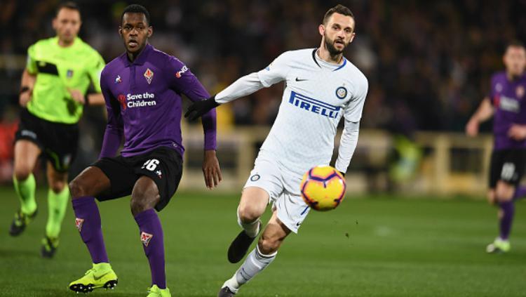 Marcelo Brozovic coba keluar dari pengawalan pemain lawan saat pertandingan Fiorentina vs Inter Milan, Senin (25/02/19). Copyright: Getty Images