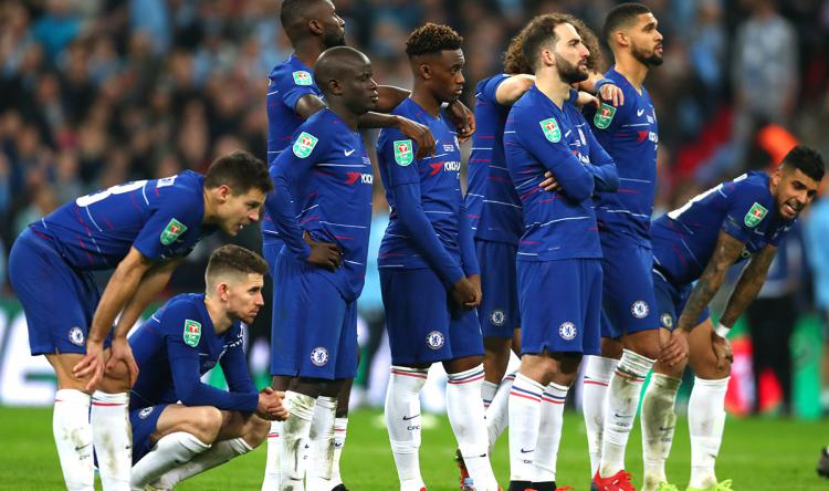 Para pemain Chelsea tertunduk lesu kalah penalti dari Man City Copyright: INDOSPORT