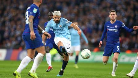 Sergio Aguero tengah mengeksekusi bola ke arah gawang Chelsea