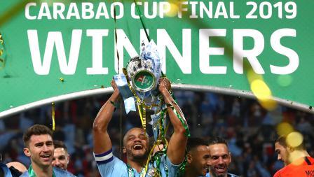 Kapten Manchester City, Vincent Kompany mengangkat trofi Piala Liga Inggris