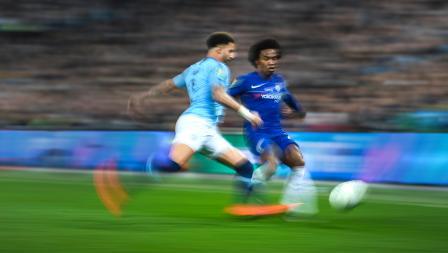Willian (Chelsea) duel dengan Kyle Walker untuk mendapatkan bola