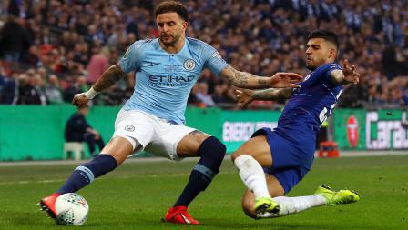 Bek kanan Man City, Kyle Walker (kiri) berusaha melewati hadangan dari Emerson, bek sayap Chelsea.