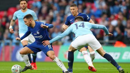 Eden Hazard berhasil melewati Aymeric Laporte dalam laga final Piala Liga Inggris.