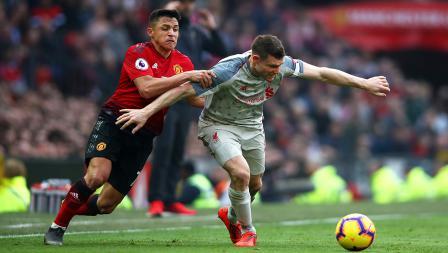 Pergerakkan dari gelandang serang Manchester United, Alexis Sanchez (kiri) dihadang oleh pemain Liverpool, James Milner.