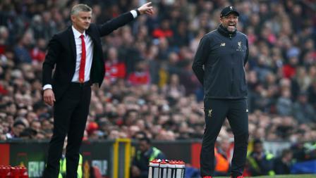Pelatih Manchester United, Ole Gunnar Solskjaer (kiri) dan Pelatih Liverpool, Jurgen Klopp saling memberikan instruksi.
