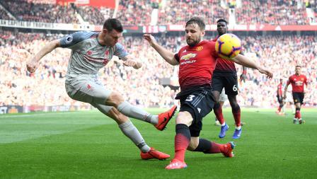 Bek kiri Man United, Luke Shaw (kanan) berhasil gagalkan tendangan James Milner.