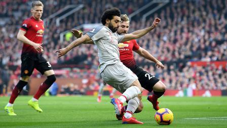 Luke Shaw kawal pegerakkan dari striker Liverpool, Mohamad Salah dengan ketat.