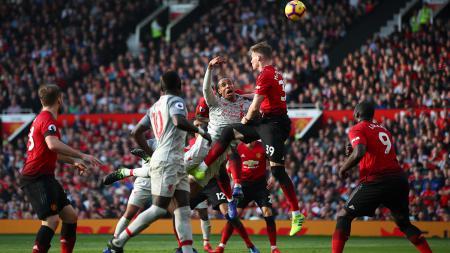 Situasi duel udara Manchester United melawan Liverpool - INDOSPORT